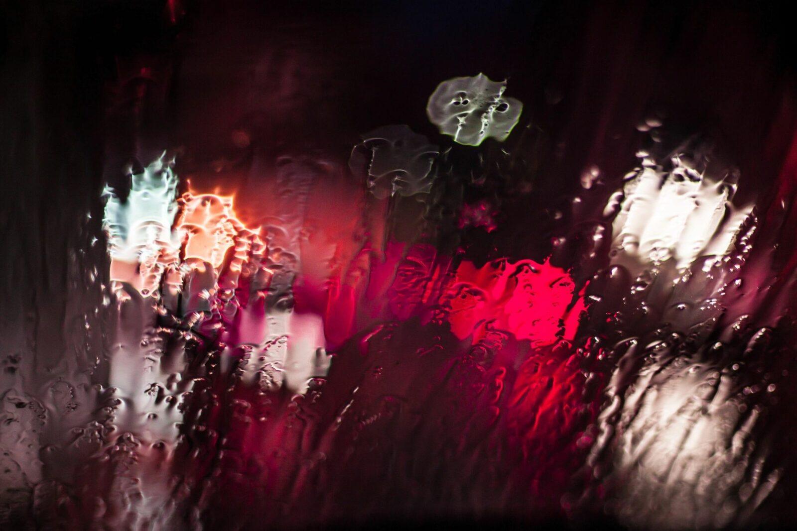 luces borrosas a travez de un vidrio con lluvia